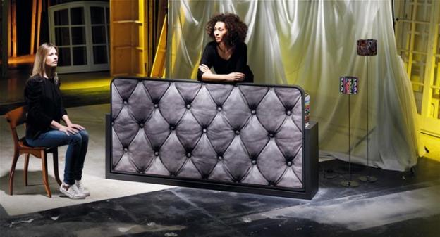 Cama abatible Blink que hace la función de cama y de sofá, gracias a la baja altura de los laterales, que sirven a la vez para ocultar los herrajes, y que incorpora dos arcones en la parte trasera. Para aportar personalidad, la litera abatible se ha personalizado mediante una imagen de un tapizado en capitoné.